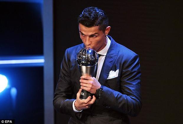 Cristiano Ronaldo vượt qua Lionel Messi và Neymar trong cuộc bầu chọn Cầu thủ hay nhất