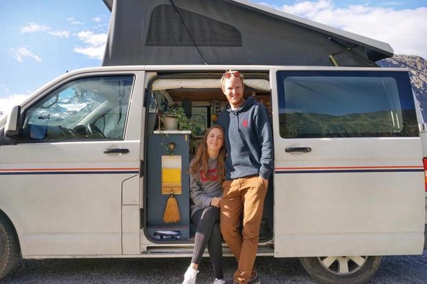 Cặp đôi biến xe cũ thành nhà, chu du khắp thế giới