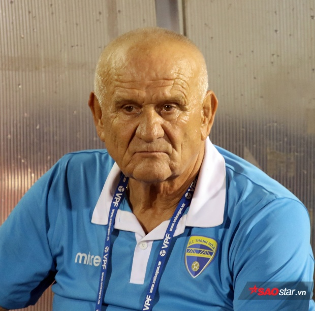 HLV Petrovic đã 70 tuổi. Ảnh: Văn Nhân