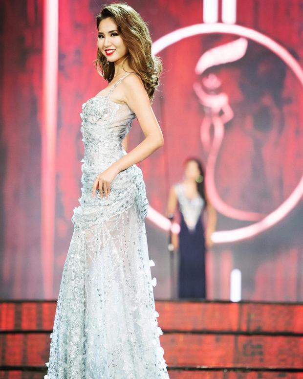 Sử dụng chất liệu voan trong suốt đính kết tinh xảo, đắt giá, cùng kĩ thuật xếp nếp kì công, sang trọng, chiếc váy đã góp phần giúp người đẹp Nhật Bản có một phần trình diễn ấn tượng với toàn bộ ban giám khảo và khán giả đêm hôm ấy.