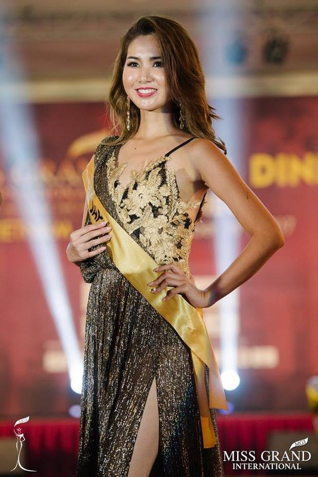 Trước đó, Erika còn diện nhiều sản phẩm của nhà thiết kế Việt này, đơn cử như mẫu váy dạ hội gam màu đen, ánh kim trong buổi tiệc sang trọng tại đảo ngọc - Phú Quốc.