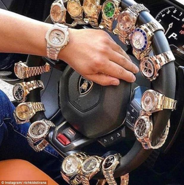 Đồng hồ hàng hiệu treo trên vô-lang ôtô là một trong những ý tưởng khoe cuộc sống sanh chảnh của các cậu ấm. Phụ kiện đắt tiền là những thứ không thể thiếu của họ, bởi không chỉ đẹp, chúng còn là thứ thể hiện đẳng cấp của chủ nhân.