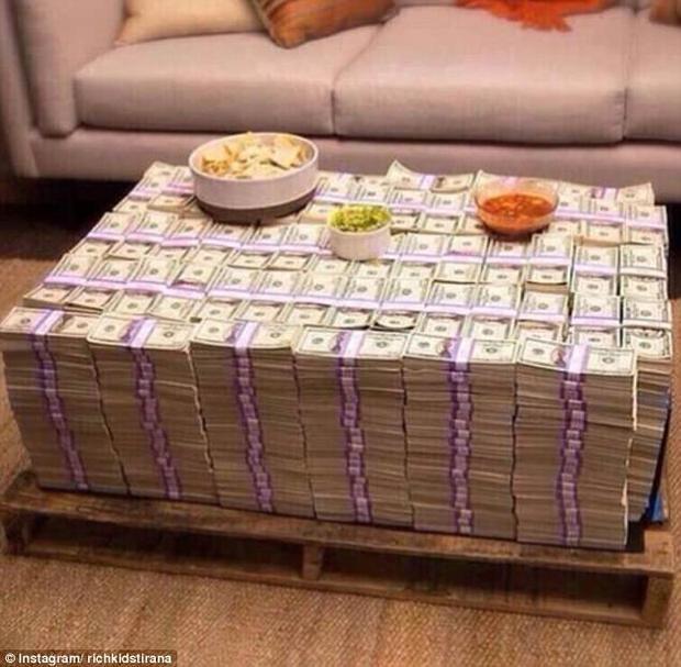 Hội con nhà giàu có không ít cách để khoe cuộc sống xa hoa, nhưng xếp tiền thành bàn như thế này chắc là một trong những cách sáng tạo nhất.