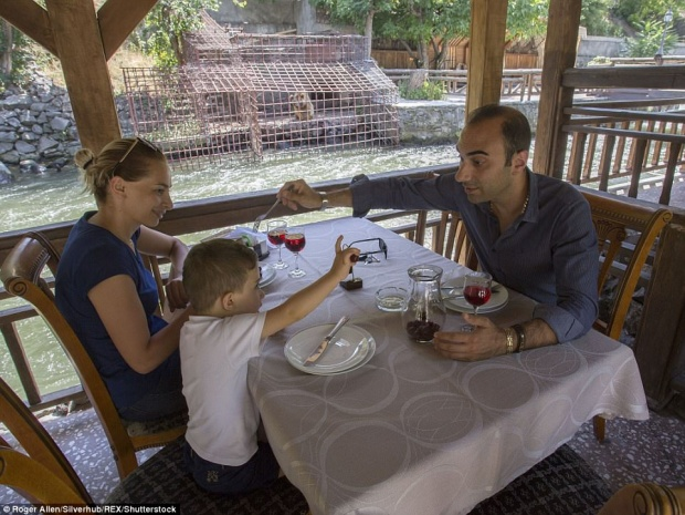 Khuôn mặt đau khổ, thèm thuồng của chú gấu khi chứng kiến gia đình thực khách đang ăn trưa ngon lành.