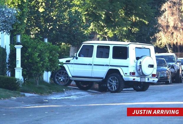 10 phút sau đó, Justin lái chiếc xe trắng vào trong.