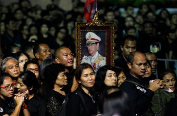 Lễ hỏa táng vua Thái Lan: Biển người và những giọt nước mắt