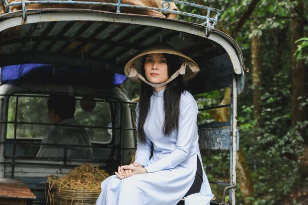 MV Đừng Hỏi Emdo Nguyễn Tuấn Anh đạo diễn, dựa trên kịch bản do Mỹ Tâm viết - kể về mối tình đẹp của cô giáo làng (Mỹ Tâm) và chàng tri thức yêu nước (diễn viên Mai Tài Phến).