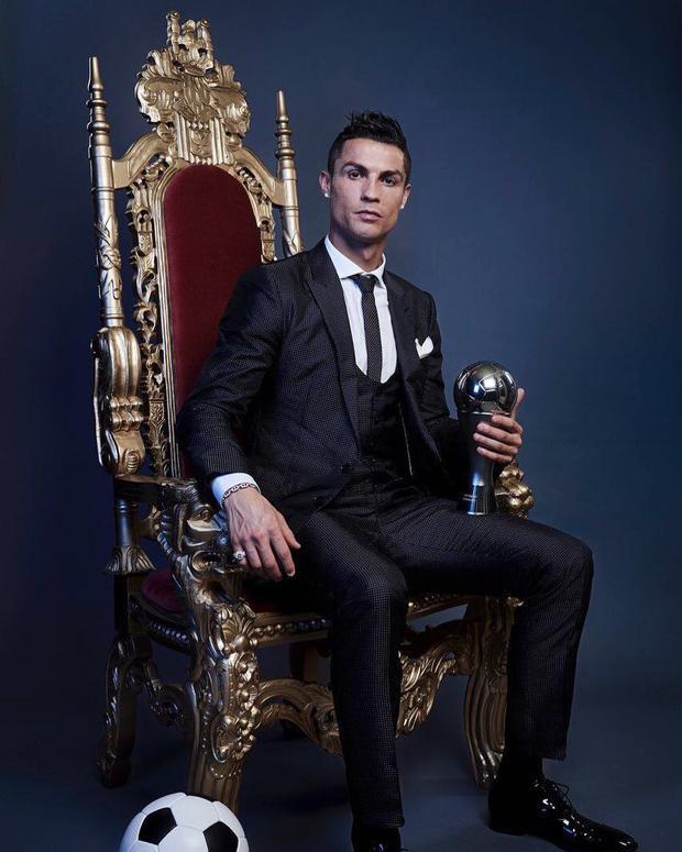 Cristiano Ronaldo nhận mưa gạch đá vì bức ảnh muốn làm vua