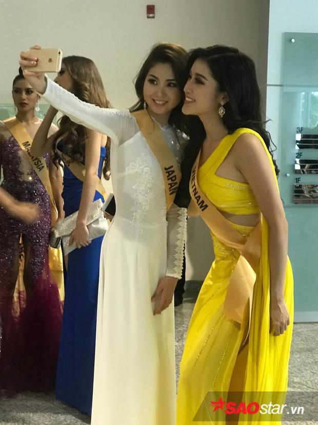 Bên cạnh đó, đại diện dải đất hình chữ S còn thân thiện trò chuyện và chụp ảnh lưu niệm với Miss Grand Nhật Bản. Cô bày tỏ cảm giác hạnh phúc lẫn tự hào khi thấy thí sinh này chọn Áo dài - trang phục truyền thống của Việt Nam để ra mắt truyền thông.