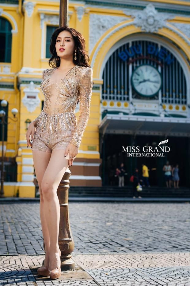 Trong buổi chụp hình sáng ngày 6/10 tại Bưu điện trung tâm Sài Gòn trong khuôn khổ Miss Grand International 2017, Huyền My chọn chiếc váy body suitánh kim của NTK Đỗ Long để khoe sắcvới các người đẹp ngoại quốc. Bộ váy giúp cô khoe trọn đường cong cơ thể và làn da trắng ngọc của mình.