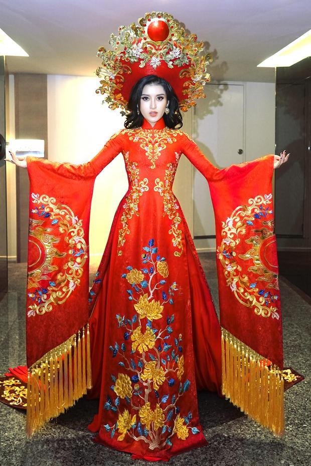 Đây là bộ áo dài được Huyền My trình diễn trong phần thi Trang phục dân tộc ngày 12/10, tại Quảng Bình. Được biết, bộ trang phục doNgô Nhật Huy - NTK có hơn 15 năm kinh nghiệm trong nghề chăm chút làm nên.
