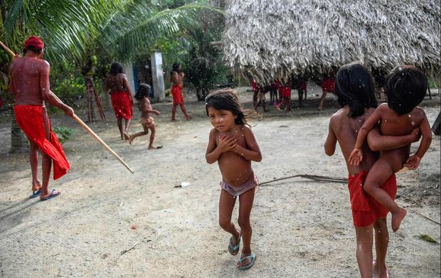 Chỉ cách thế giới hiện đại khoảng 21 giờ chạy xe, nhưng bộ lạc này vẫn giữ lối sống gần giống với thời kì đồ đá, khác xa so với cuộc sống của thế kỉ 21.