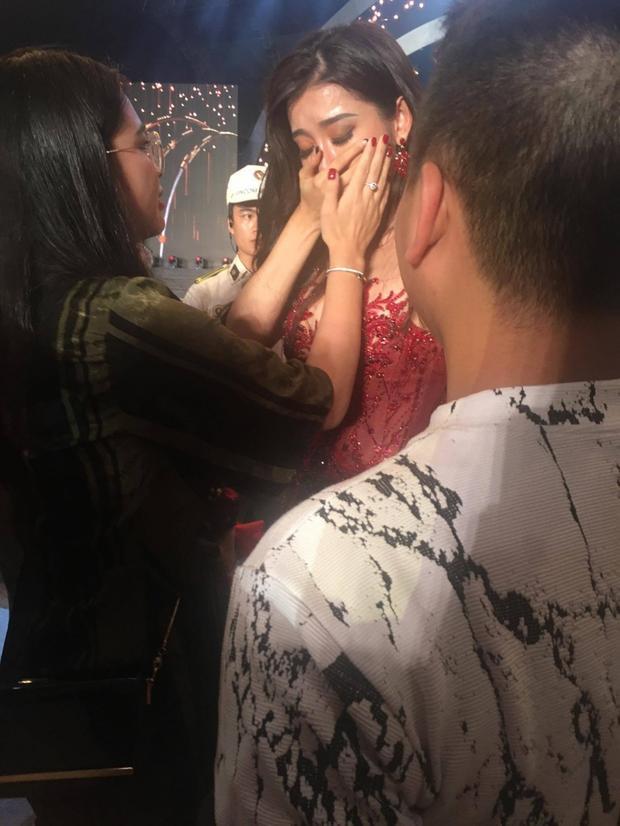 Sau đó, Huyền My đã khóc nấc trong hậu trường khi chỉ dừng chân ở vị trí top 10.Nhìn hình ảnh này, không ít khán giả cảm thấy xót xa vì Á hậu Việt Nam 2014 đã cố gắng rất nhiều cho Miss Grand Internationalnăm nay.