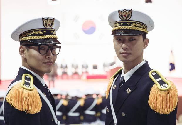Nam diễn viên cùng với bạn diễn ăn ý Kang Ha Neul.