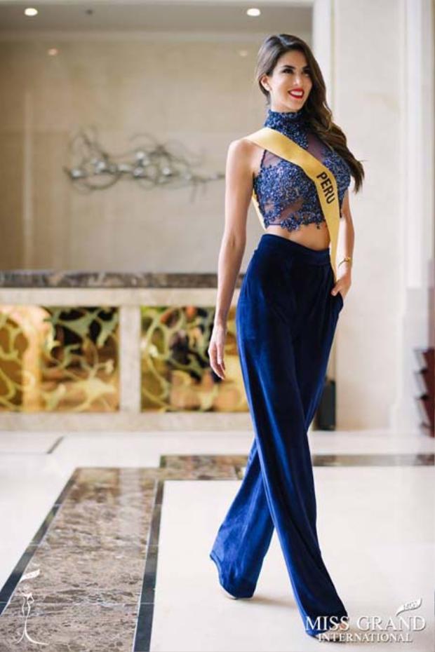 Trong các cuộc đua bình chọn online, đại diện Peru là thí sinh Âu Mỹ hiếm hoi lọt top 10 ở cả hai phần thi trang phục dân tộc và áo tắm.