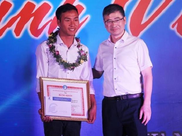 Cảng nhận bằng khen của Hội sinh viên Việt Nam Thành phố Hà Nội.
