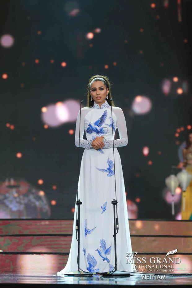 Người đẹp Philippine - Á hậu 2 của cuộc thi lại để lộ vòng 1 khiêm tốn khiến phần thân áo bị nhăn nhàu, kém sang trọng, lịch thiệp.