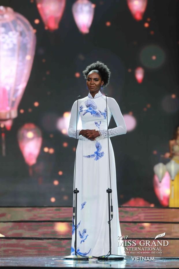 """Nét cá tính, đặc sắc của đại diện Nam Sudan lại có vẻ khá """"chỏi"""" với tà áo dài trắng nền nã."""