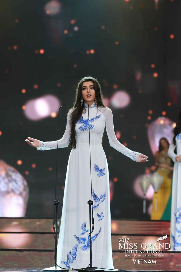 Trong khi Miss Ukraine lại có sự xuất hiện rất ấn tượng trong tà áo truyền thống Việt Nam.