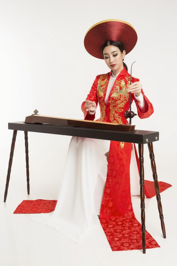 Trong phần thi tài năng vào tối 23/10, Đỗ Mỹ Linh chọn biểu diễn độc tấu đần bầu gây không ít sự chú ý. Tuy nhiên trang phục cô chọn mặc tại phần thi không có gì nổi bật, từ kiểu dáng đến hoa văn đều không có điểm nhấn gây ấn tượng.
