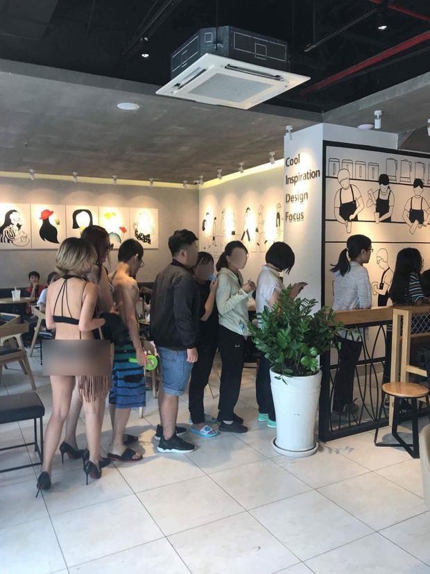 Hình ảnh khách hàng diện bikini để mua trà sữa giá hời.