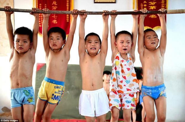 Những khoảnh khắc gây ám ảnh trong các lò đào tạo VĐV nhí Trung Quốc