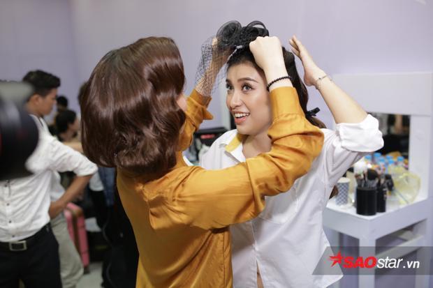 Giang Hồng Ngọc trổ tài stylist cho đàn em Tiêu Châu Như Quỳnh.