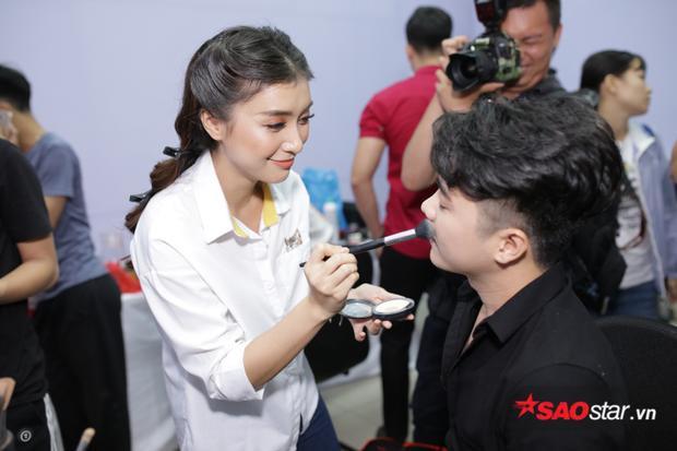 Tiêu Châu Như Quỳnh trổ tài makeup cho bạn diễn của mình.