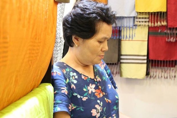Bà Thoa cho biết, những mặt hàng bà bán tại cửa hàng đều được lấy từ các xưởng sản xuất thủ công trong làng.