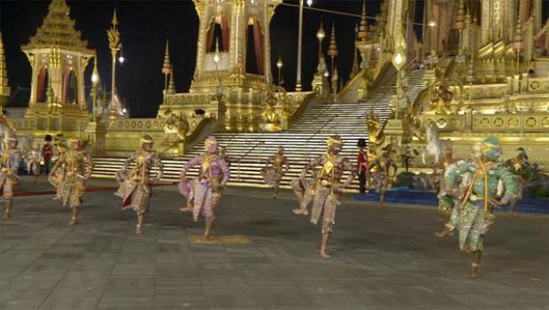 Biển người Thái Lan hoà nước mắt tiễn biệt quốc vương