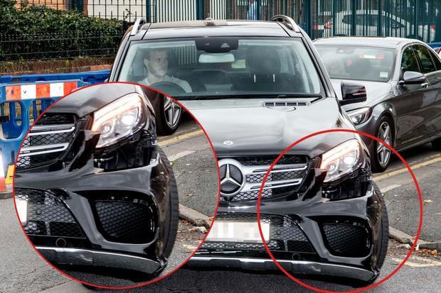 Trung vệRagnar Klavan lái chiếc xe hơi với một bên đầu xe bị biến dạng đến sân tập.