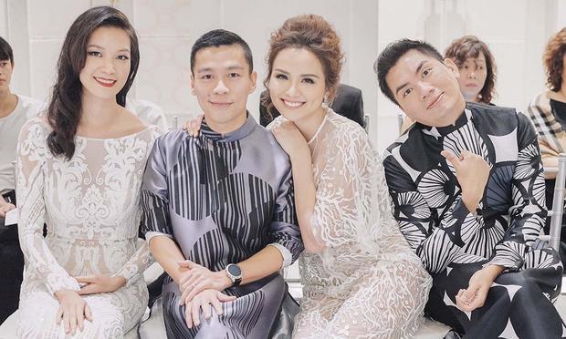 Diễm Hương, Thuỳ Dung chụp ảnh thân thiết với chủ nhân bộ sưu tập và đạo diễn hình ảnh Nguyễn Hoàng Anh.