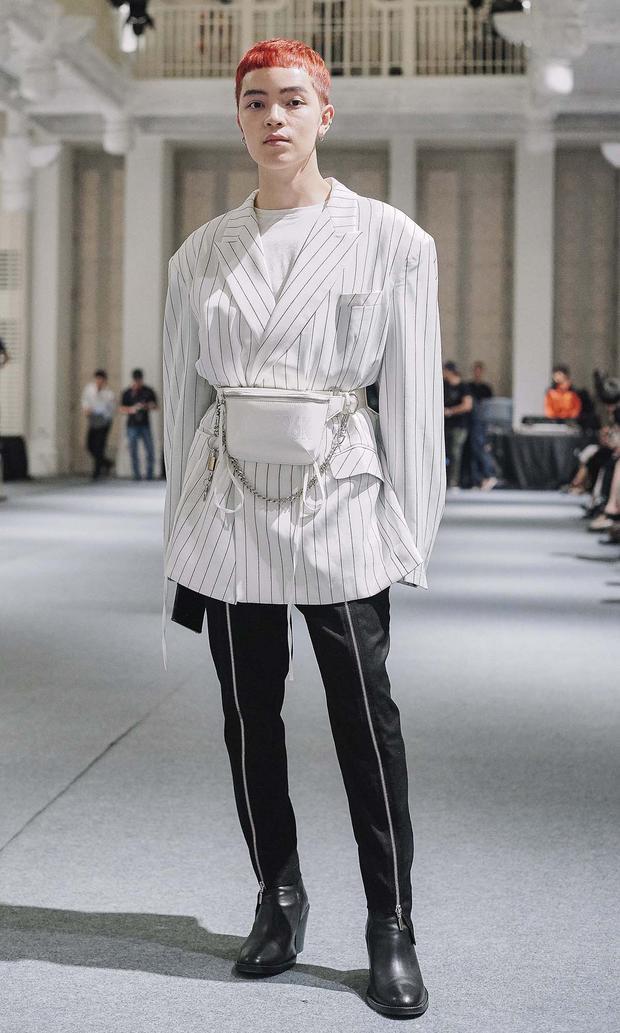 Kelbin Lei ấn tượng hơn đồng nghiệp với bộ vest phá cách, túi đeo hông làm điểm nhấn.