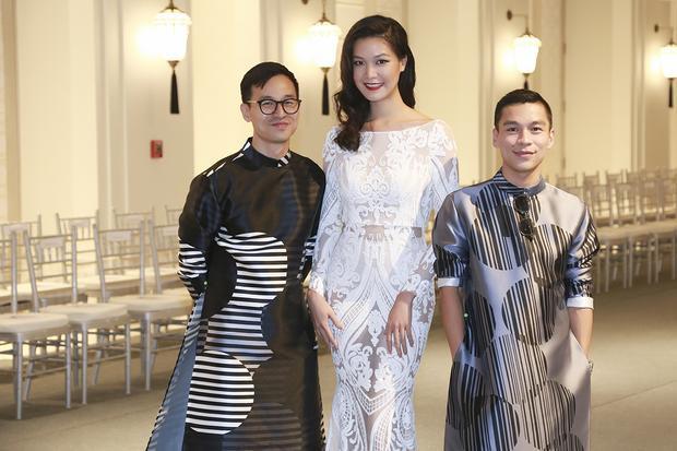 Bạn đời Sơn Đoàn luôn có mặt trong những sự kiện để hỗ trợ Adrian Anh Tuấn. Tại sự kiện, anh làm MC dẫn dắt chương trình.