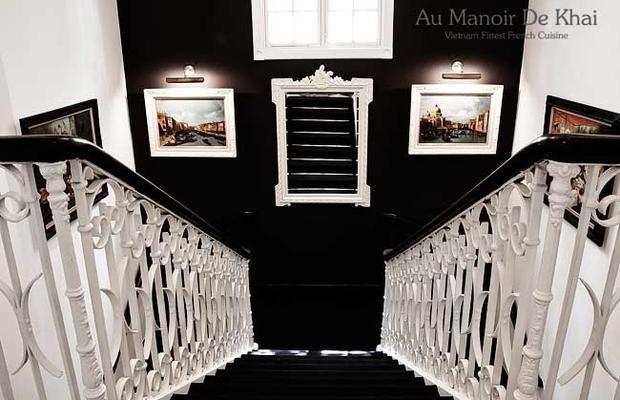 Au Manor De Khai phục vụ các món phong cách Pháp. Giá một bữa ăn cho hai người tại đây dao động từ 3-5 triệu đồng.