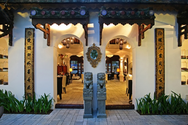 Không gian nhà hàng được bài trí nền nã và đậm bản sắc văn hóa Việt.