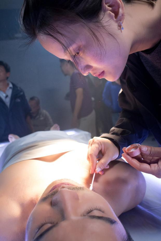 Lilan Trần đích thân chuẩn bị hóa trang cho diễn viên trong cảnh quay quan trọng này.