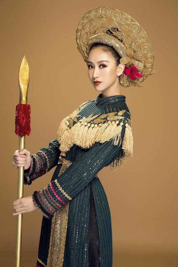 Trong bộ ảnh mới, đại diện Việt Nam - á hậu Hà Thu - giới thiệu bộ cánh mà cô sẽ mang đến đấu trường nhan sắc quốc tế. Bộ trang phục được thiết kế không quá cầu kỳ nhưng đậm nét truyền thống, xây dựng hình ảnh người phụ nữ Việt Nam xưa đầy khí chất.