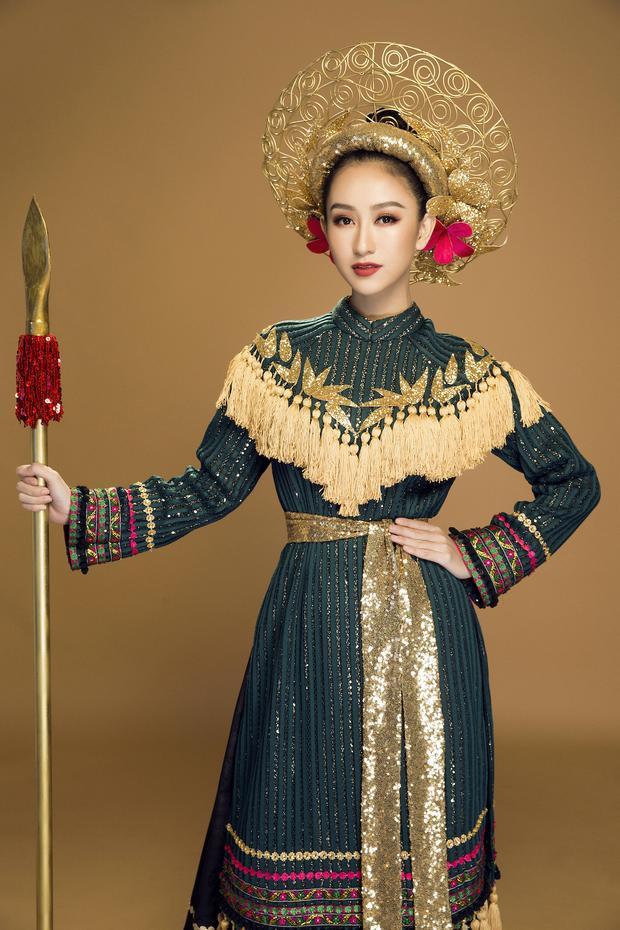 Phần váy sử dụng gấm - một chất liệu truyền thống của Việt Nam - kết hợp cùng những hoa văn của dân tộc tạo nên một tổng thể bao hàm trọn vẹn cả một Việt Nam.Bộ trang phục được điểm xuyến phụ kiện được làm 100% bằng tay. Điểm nhấn còn có thêm chiếc mấn đội đầu được làm bằng kẽm và phủ sơn đồng.
