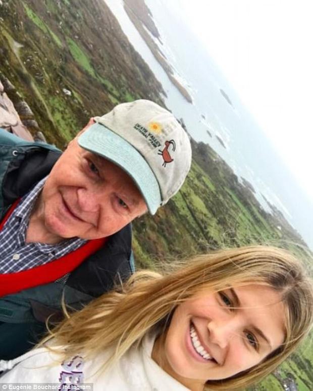 Bức ảnh chụp cùng người ông của nàng.