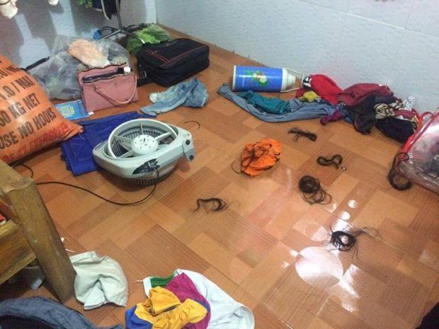 Đồ dùng trong phòng bị xáo trộn sau vụ đánh ghen.
