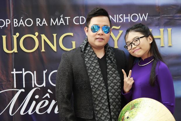 Nếu như những đêm nhạc trước đây đều có sự hướng dẫn, tư vấn từ ca sĩ Quang Lê thì trong minishow sắp tới, anh lại để con gái nuôi toàn quyền lên ý tưởng, chọn bài hát, trang phục và kiêm luôn phần dẫn dắt chương trình.