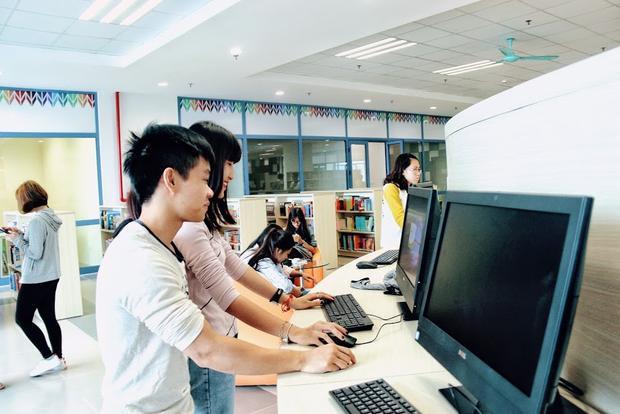 Thư viện được trang bị đầy đủ cơ sở vật chất để phục vụ cho việc sinh viên tới học tập và tìm kiếm thông tin.