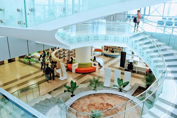Tầng 1 là không gian thư viện mở khi sinh viên có thể tìm đọc nhiều đầu sách khác nhau từ chuyên môn cho đến các lĩnh vực khoa học, công nghệ, kinh tế, xã hội,…