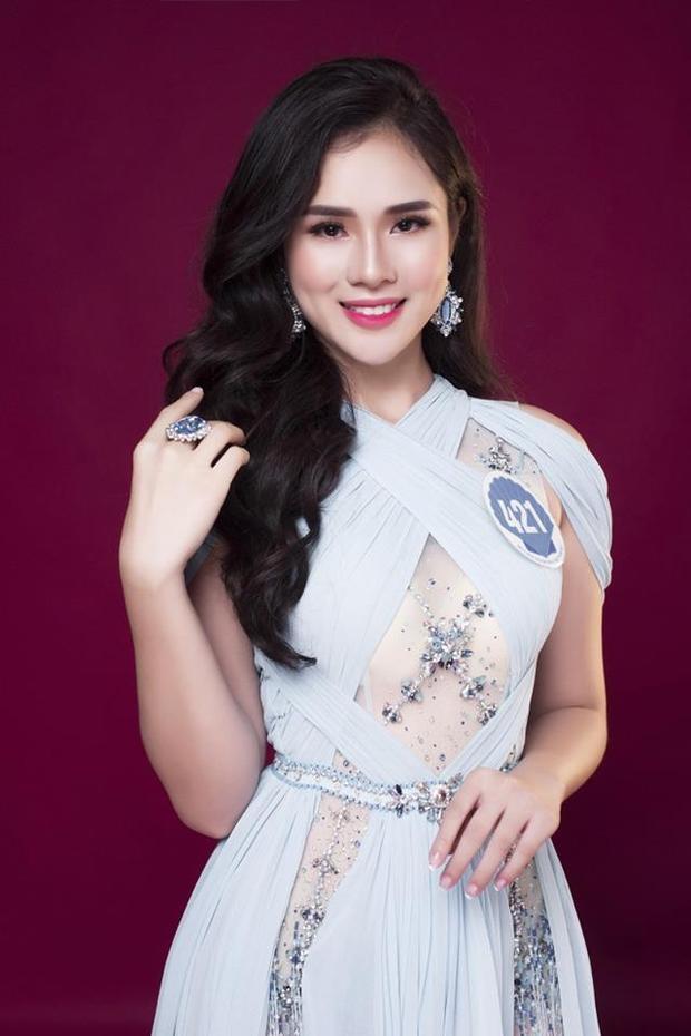 """Huyền Trang là người đầu tiên đụng váy với top 10 Miss Grand International 2017- Huyền My. Đây là bộ trang phục của nhà mốt Đỗ Long. Dù diện một thiết kế cầu kỳ sang trọng thế nhưng thí sinh Hoa hậu Đại dương phải """"chào thua"""" trước vẻ kiêu sa, lộng lẫy của đàn chị."""