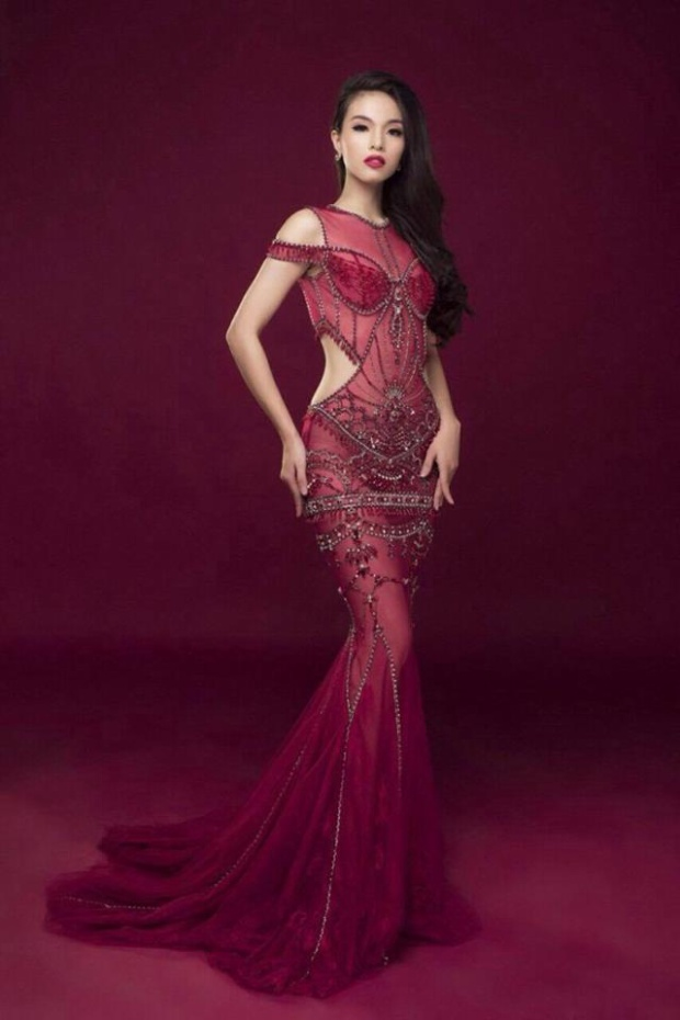Cô gái này dường như rất tự tin trong một thiết kế xuyên thấu gợi cảm. Nhưng trông cô kém tươi và hơi gượng gạo khiến tổng thể kém sang. Thiết kế này từng được hoa hậu Việt Nam 2014- Kỳ Duyên diện trước đó không lâu.