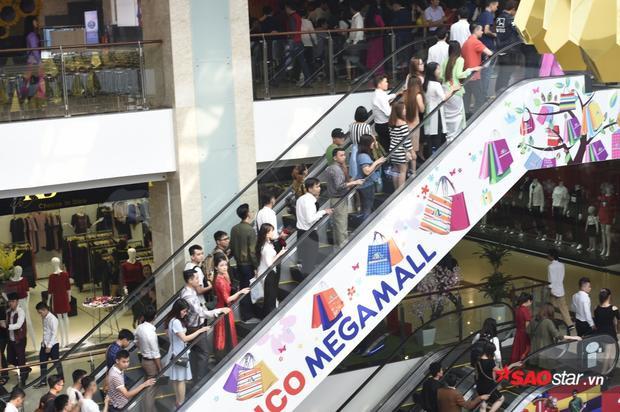 Dòng thí sinh ồ ạt đổ lên thang máy để tới hội trường tầng 3.