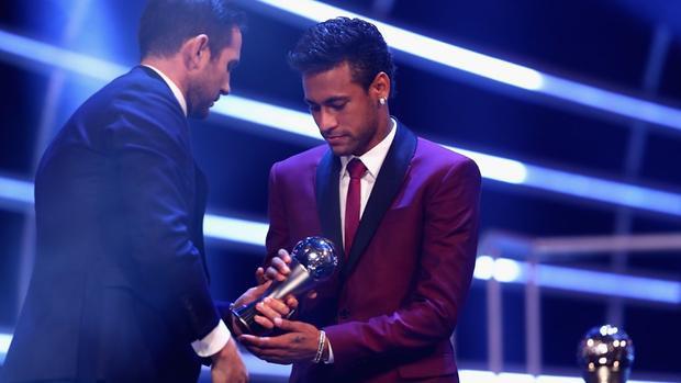 Neymar rõ ràng không vui khi chỉ có tên trong Đội hình tiêu biểu và đứng thứ 3 chung cuộc của giải Cầu thủ xuất sắc nhất FIFA năm nay.