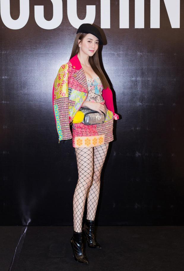 Thiều Bảo Trang góp mặt ở sự kiện với vai trò khách mời. Nữ ca sĩ nổi bật trong bộ cánh sắc màu, hoạ tiết bắt mắt. Giọng ca trưởng thành từ The Voice mùa đầu là một trong những ca sĩ được đánh giá cao về gu thẩm mỹ.