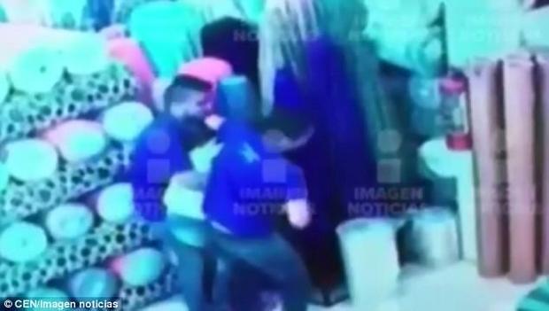 Hình ảnh từ CCTV cho thấy Jarmin đang cố gắng xoay xở với hai người đàn ông.